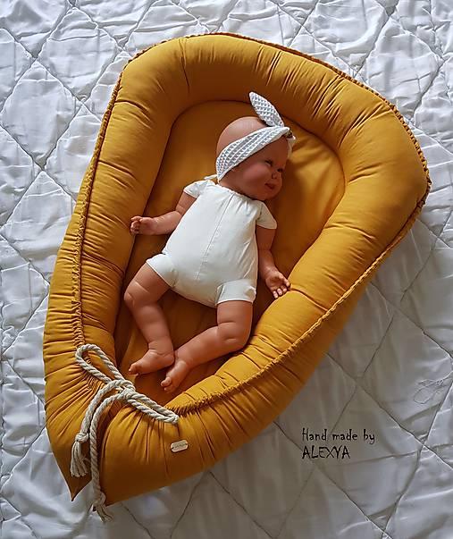 Hniezdo pre bábätko z ľanovej látky v horčicovej farbe
