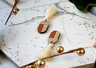 Náušnice - Drevené napichovačky s bavlneným strapcom - 11203548_