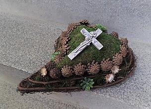 Dekorácie - Machovo-prútené srdce s krížom na dušičky - 11208266_