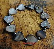 Náramky - perleťový náramoček v sivej Love - 11207286_
