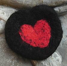 Odznaky/Brošne - plstená brož srdce v srdci - 11208150_