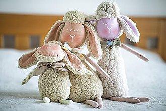 Hračky - Ovka ušatá s mosadznou rolničkou a mašľou (Béžová-staroružové-telové-ružové hnátiky) - 11208805_