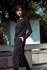 Šaty - FNDLK úpletové šaty 438 RVL midi s rozparkama - 11210731_