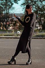 Šaty - FNDLK úpletové šaty 439 RVL midi s rozparkama - 11210740_