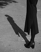 Šaty - FNDLK úpletové šaty 439 RVL midi s rozparkama - 11210743_