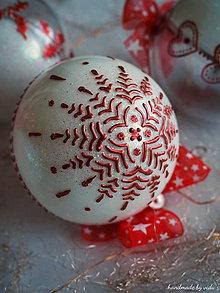Dekorácie - BIELO ČERVENÉ vianočné gule s 3D fotkou (vzor na bokoch a na zadnej strane) - 11210375_