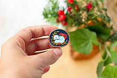 Odznaky/Brošne - Ručně malovaná brož se spící polární liškou - 11216687_