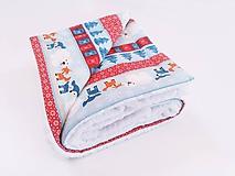 Textil - Biela ovečková deka s červeno-modrými zvieratkami 70*100cm - 11218863_