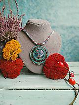 Náhrdelníky - Malachite Medaillon - vyšívaný náhrdelník - 11220968_