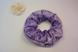 Ozdoby do vlasov - Gumička scrunchie zamatová fialová - 11221767_