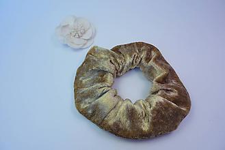 Ozdoby do vlasov - Gumička scrunchie zlatá zamatová - 11221848_