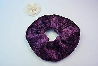 Ozdoby do vlasov - Gumička scrunchie fialová zamatová - 11221874_