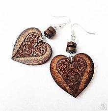 Náušnice - Tmavé folklórne srdcové náušnice vypaľované do dreva - 11226035_