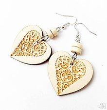 Náušnice - Bledé folklórne srdcové náušnice vypaľované do dreva - 11226053_