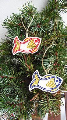 Dekorácie - Ozdoba závesná rybička folk (modrá, červená) - 11227082_