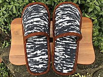 Obuv - Čierno-biele papuče s hnedým lemom - 11224063_