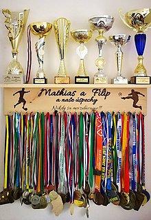 Dekorácie - Maxi metrová polička na trofeje a medaily - 11226959_
