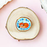 Odznaky/Brošne - Ručně malovaná brož se spící pandou červenou - 11228603_