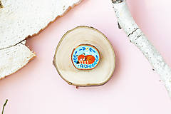Odznaky/Brošne - Ručně malovaná brož se spící pandou červenou - 11228608_