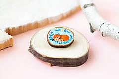 Odznaky/Brošne - Ručně malovaná brož se spící pandou červenou - 11228609_