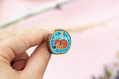 Odznaky/Brošne - Ručně malovaná brož se spící pandou červenou - 11228615_