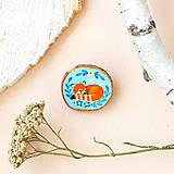 Odznaky/Brošne - Ručně malovaná brož se spící pandou červenou - 11228616_