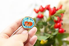 Odznaky/Brošne - Ručně malovaná brož se spící pandou červenou - 11228630_
