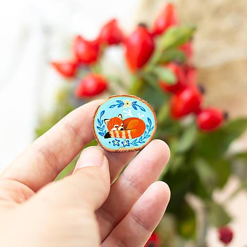 Ručně malovaná brož se spící pandou červenou