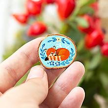 Odznaky/Brošne - Ručně malovaná brož se spící pandou červenou - 11228629_