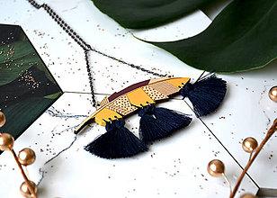 Náhrdelníky - Drevený náhrdelník Pierko II. - 11229448_