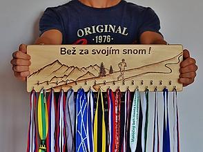Dekorácie - Vešiak na medaily bežec - 11228119_