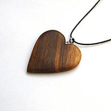 Náhrdelníky - Drevený prívesok - orechové srdce - 11230791_