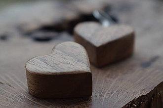 Náušnice - Drevené náušnice - orechové srdiečka - 11231807_