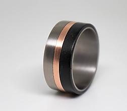 Prstene - Titanový prsteň s medou a  ebenovým drevom - 11234729_