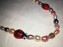 Náhrdelníky - Náhrdelník z farebných riečnych perál a lienok - 11234878_