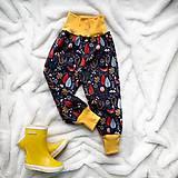 Detské oblečenie - Zimné softshellové nohavice nočný les - 11231332_