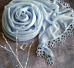 Šály - V srdci ledovce - modry svadobny šifónový šál s čipkou - 11236323_