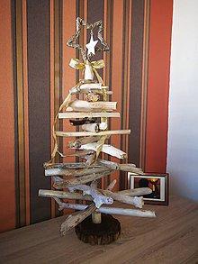 Dekorácie - Vianočný stromček z naplaveného dreva - 11238049_