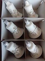 Dekorácie - Biele zvončeky so striebornou dekoráciou - 11239434_