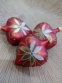 Dekorácie - Červené srdiečka s bielo-zlatou dekoráciou - 11240729_