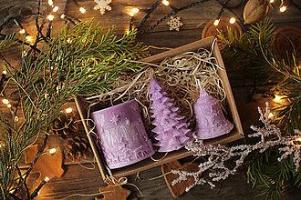 Svietidlá a sviečky - Vianočná SADA sviečok V DARČEKOVOM BALENÍ (Fialová) - 11245102_