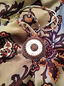 Náhrdelníky - Náhrdelník Vychádzajúce Sklnko - korálková výšivka - 11247427_