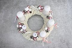 Dekorácie - Adventný veniec v bielom svetríku - 11252092_