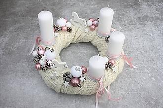 Dekorácie - Adventný veniec v bielom svetríku - 11252089_