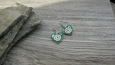 Náušnice - Drevené maľované náušnice malé srdiečka. (bielo zelené, č. 2992) - 11252243_