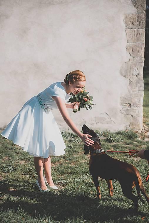 Svadobné šaty s vyšívaným bylinkovým opaskom