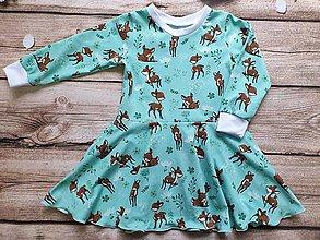 Detské oblečenie - Šaty - točivé srnky na zelenej - 11256363_