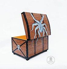 Nábytok - Ručne maľovaná pirátska truhlička - 11254486_