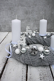 Dekorácie - Adventný veniec v sivom svetríku - 11256727_