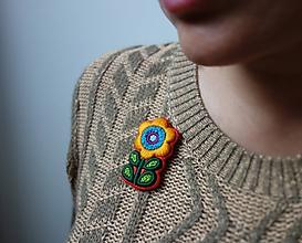 Odznaky/Brošne - Cukríkový kvietok- vyšívaná brošňa - 11256409_